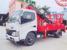Xe nâng người làm việc trên Cao Hino XZU650