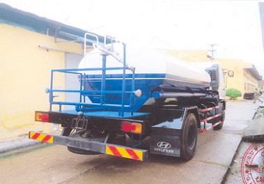 xe hino phun nước rửa đường